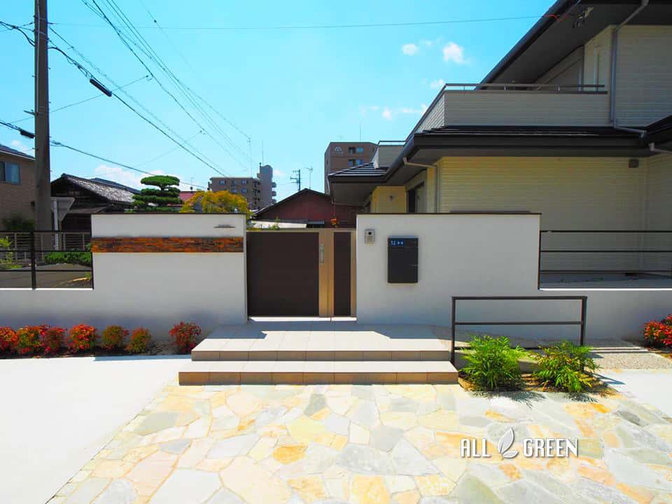 ichinomiyashi_t_03194_1 天然石の乱形石張りが印象的なスロープ付き愛知県一宮市の新築外構デザイン