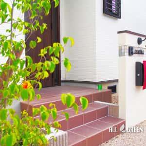 inazawashi_o_03071_3-300x300 温かみある暖色系の中に光るワインレッドのオリジナルポストがアクセントカラーとなった稲沢市の新築外構デザイン