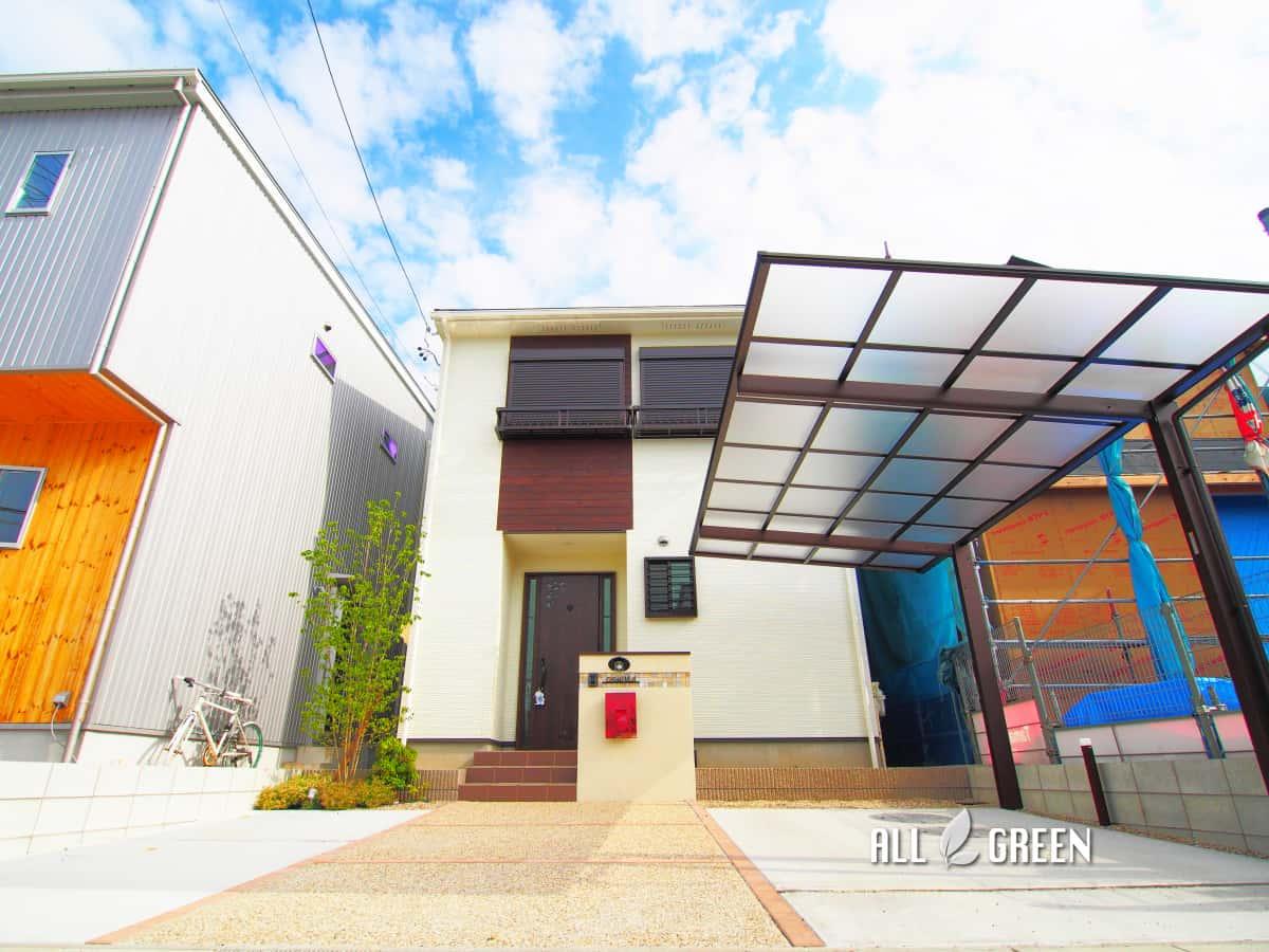 inazawashi_o_03071_4 温かみある暖色系の中に光るワインレッドのオリジナルポストがアクセントカラーとなった稲沢市の新築外構デザイン