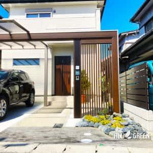 inazawashi_s_03390_3-300x300 三協アルミのスカイリード、木調フレームと縦格子でデザインされたスタイリッシュな稲沢市の新築外構ファサード