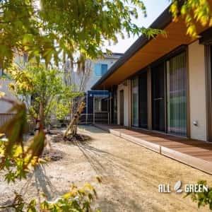moriyamaku-i-3728a-1-300x300 広い建物間口に設置された人工木ウッドデッキと植栽_名古屋市守山区