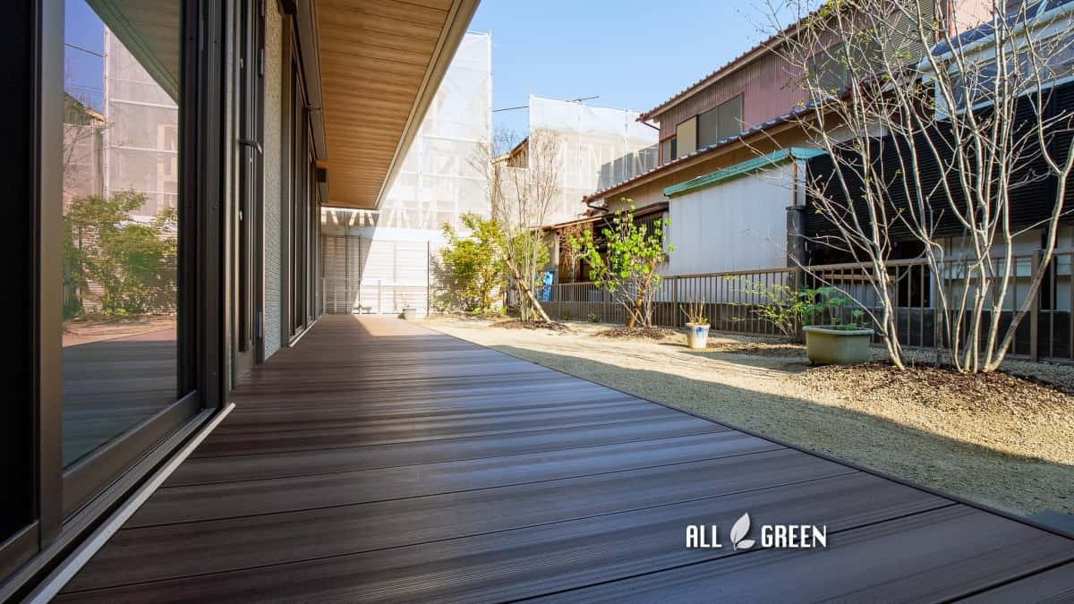 moriyamaku-i-3728a-3 広い建物間口に設置された人工木ウッドデッキと植栽_名古屋市守山区