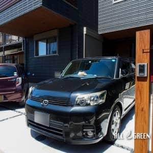 kitaku_m_03865_4-300x300 名古屋市北区にある落ち着いた色味の邸宅に木調とビビットカラーのアイテムで温かみを添える外構