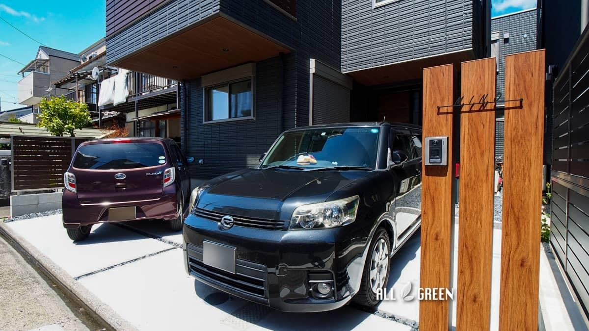 kitaku_m_03865_4 名古屋市北区にある落ち着いた色味の邸宅に木調とビビットカラーのアイテムで温かみを添える外構